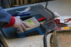 Een arbeider die materialen controleren stock fotografie