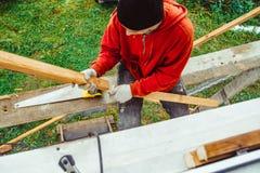 Een arbeider op de voorgevel van het gebouw royalty-vrije stock foto