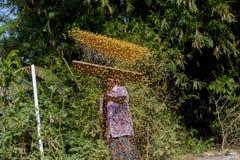 Een Arbeider spreidde maïsgewas voor het drogen uit Stock Fotografie