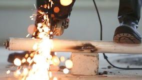 Een arbeider stelt hulpmiddelen en machines op de bouwwerf in werking stock video
