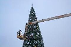 Een arbeider verfraait een Kerstboom in Volgograd Royalty-vrije Stock Foto