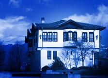 Een arcadisch huis in blauw. Stock Foto