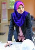 Een architecten Jonge Moslimvrouw Royalty-vrije Stock Afbeeldingen
