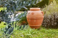 Een artisanale ceramische container in de tuin Stock Afbeeldingen