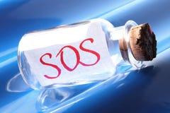 Een artistiek concept een uitstekende fles die S.O.S. zeggen Royalty-vrije Stock Afbeeldingen