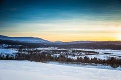 Een artistieke, kleurrijke zonsondergang in Noorwegen boven bergen Stock Afbeelding