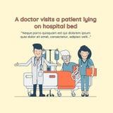 Een arts bezoekt een patiënt liggend op het ziekenhuisbed Stock Afbeeldingen