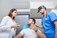 Een arts die de patiënt raadplegen royalty-vrije stock foto