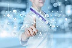 Een arts die met de totale regeling van het de medische dienstsysteem werken royalty-vrije stock foto's