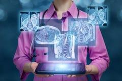 Een arts die een tablet met digitale resultaten van interne organenbeelden houden stock foto