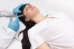 Een arts maakt een plasma-opheffende jonge patiënt om acne te verwijderen uit het gezicht en huidkwaliteit, plasmatherapie, proce royalty-vrije stock afbeelding