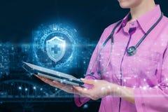 Een arts toont het symbool van de bescherming van gezondheid in het netwerk stock afbeeldingen