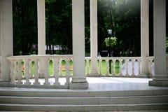 Een as met kolommen in het park royalty-vrije stock foto's