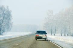 Een asfaltweg in de winter Royalty-vrije Stock Afbeeldingen