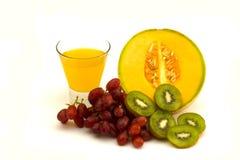 Een assortiment van fruit en sap Stock Afbeeldingen