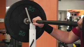 Een atleet is bereid om de bar te nemen stock footage