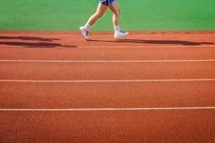 Een atleet loopt op renbaan Royalty-vrije Stock Fotografie