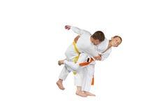 Een atleet met een oranje riem doet judo werpt royalty-vrije stock foto's