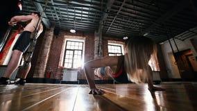 Een atletenmensen op de sterkteoefeningen van opleidingsprestaties stock videobeelden