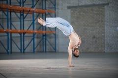 Een atletische mens bij capoeira de opleiding Status op ??n hand royalty-vrije stock foto