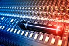 Een Audio het mengen zich lijst in zacht licht Stock Foto