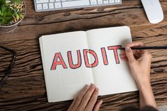 Een Auditor Writing Audit Concept royalty-vrije stock foto's