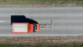 Een auto berijdt op een weg, merkend het met verf stock videobeelden
