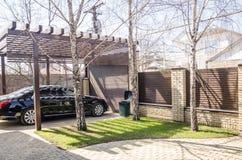 Een auto in de achteryard royalty-vrije stock afbeelding