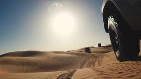 Een auto in de woestijn van de Sahara stock footage