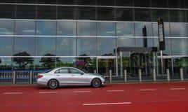 Een auto die bij Terminal 4 van Changi Luchthaven wachten royalty-vrije stock afbeeldingen