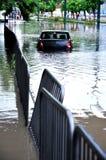 Een auto die in het water wordt geplakt Royalty-vrije Stock Foto