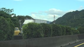 Een auto drijft op een snelweg POV 4k stock videobeelden