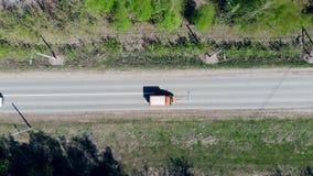 Een auto drijft op een weg, merkend het met witte verf stock videobeelden