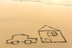 Een auto en een huis met de hand op het strandzand wordt getrokken in Zonnige dag die Royalty-vrije Stock Fotografie