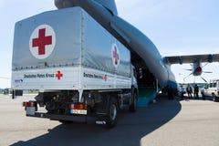Een auto met de humanitaire hulp van het Duitse Rode Kruis Stock Foto's