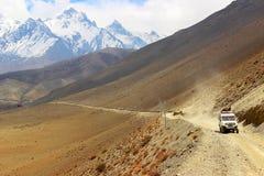Een auto met toeristen op een bergweg in de Himalayan-bergen nepal Het koninkrijk van het Hogere Mustang ` van ` Stock Fotografie