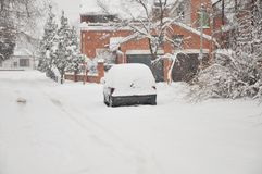 Een auto onder de sneeuw Stock Foto