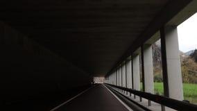 Een auto ongeveer door de tunnel te berijden stock footage