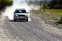 Een auto op de weg van Pamirs Stock Foto's