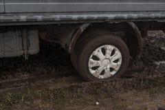 Een auto plakte in de modder in de herfst Stock Afbeeldingen