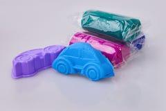 Een auto van blauwe plasticineplasticine die wordt gevormd modellering royalty-vrije stock afbeeldingen