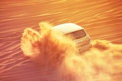 Een auto van de 4 weelaandrijving in actie in een reis van de woestijnsafari in Doubai stock foto