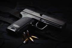 Een automatisch pistool stock afbeeldingen