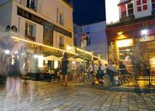 Een avond in Montmartre - koffiecultuur op een avond van Parijs stock foto's