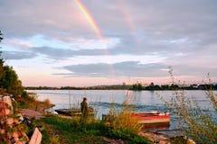 Een avond op de banken van de Angara-rivier in de stad van Irkoetsk De mening van de Eilanden van de rivier Heldere witte wolken  Stock Afbeeldingen