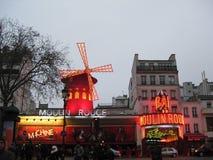 Een avondvertoning van lichten van de Moulin-Rouge in Parijs stock foto's
