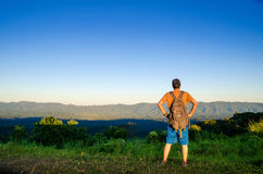 Een avontuurlijke reiziger bereikte hoogste berg Stock Afbeeldingen