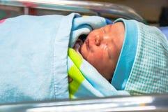 Een Aziatisch babymeisje, leuke gezichtsslaap goed met dekking de deken stock afbeelding