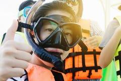 een Aziatisch het snorkelen meisje met masker op snelheidsboot, klaar voor het snorkelen royalty-vrije stock afbeeldingen