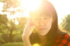 Een Aziatisch meisje dat denkt Royalty-vrije Stock Foto's